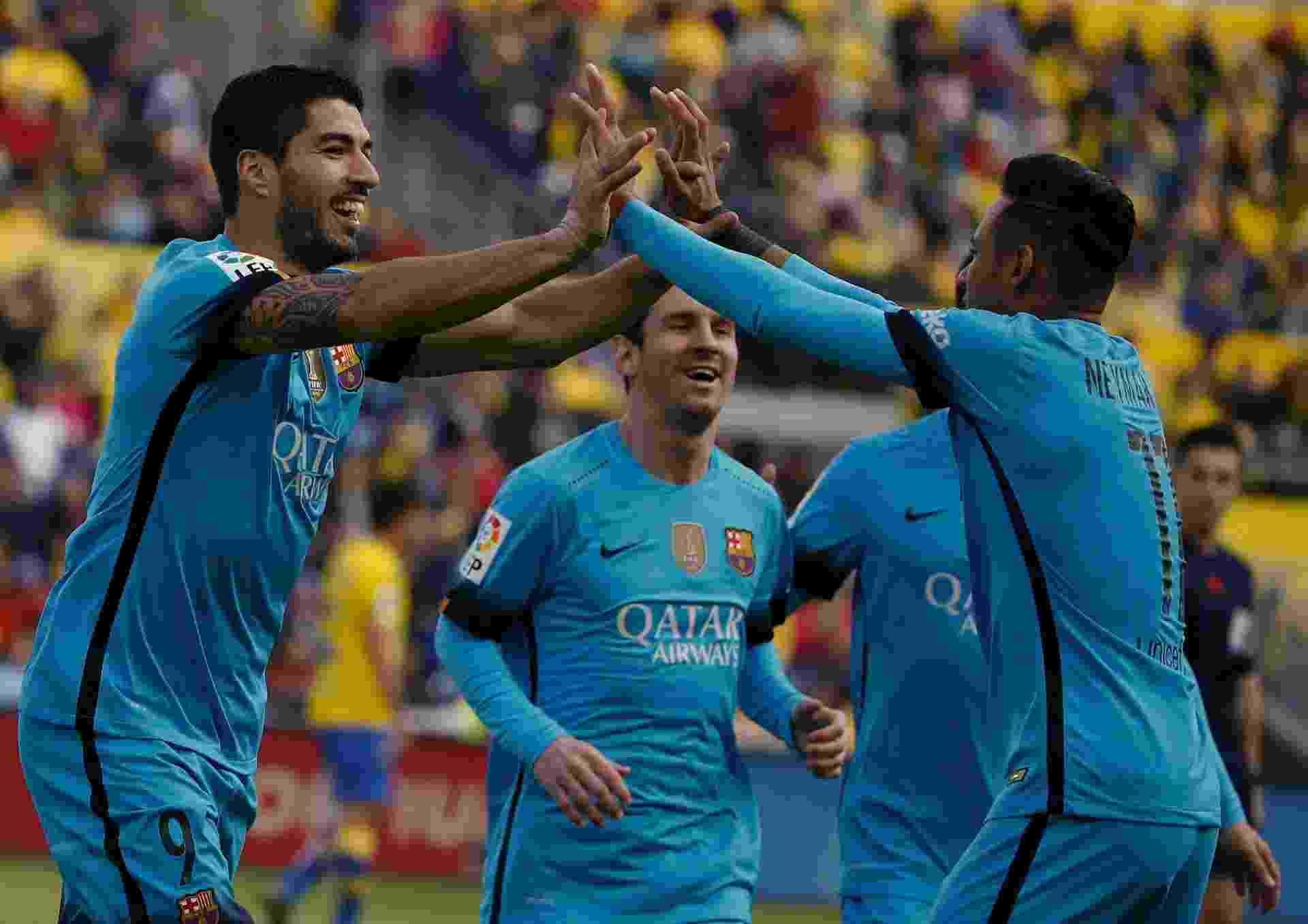 Luis Suárez comemora com Neymar o primeiro gol do Barcelona diante do Las Palmas, neste sábado, fora de casa - Juan Medina/Reuters