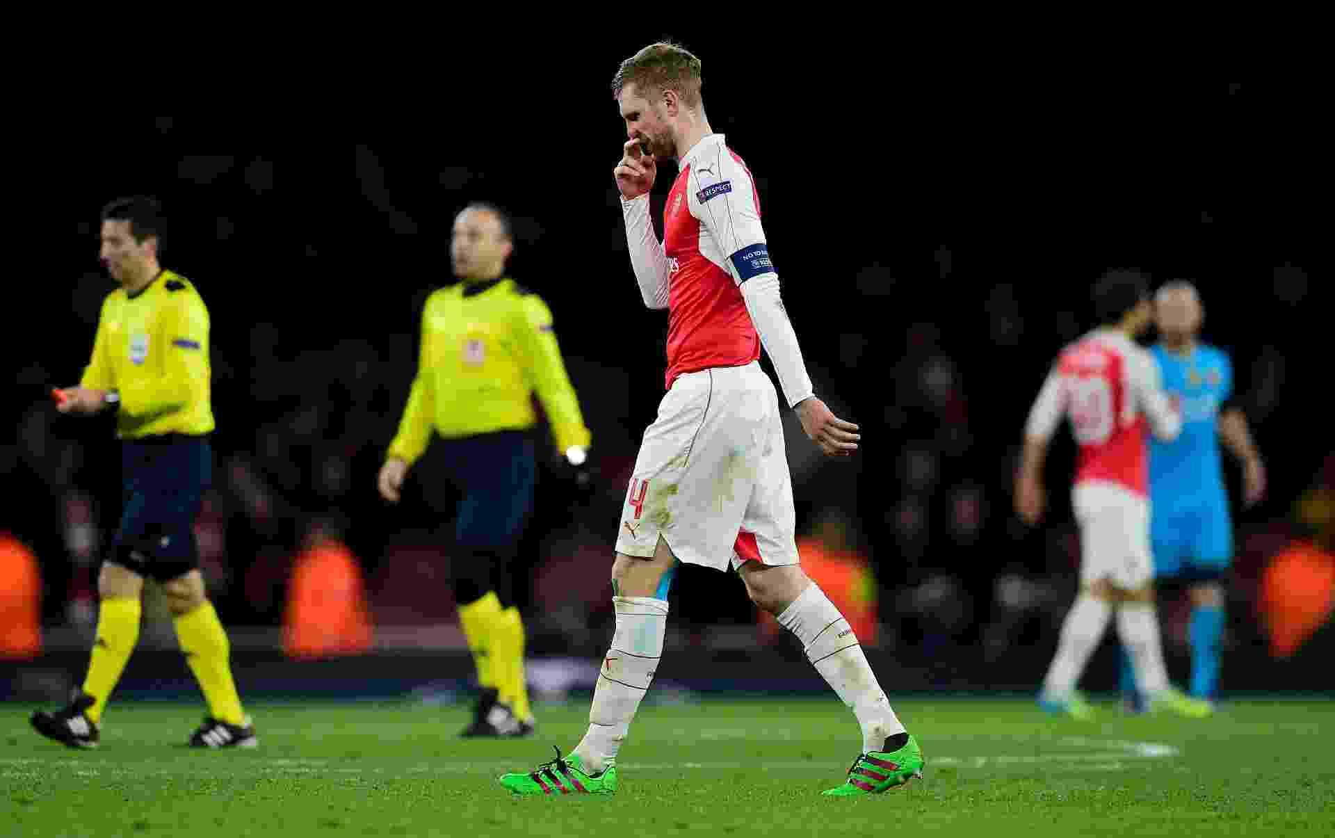 Mertesacker sai de campo após derrota na partida entre Arsenal e Barcelona pela Liga dos Campeões - AFP / Javier Soriano
