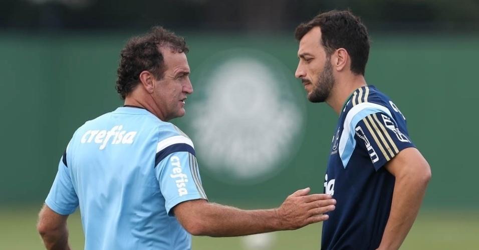 Edu Dracena e Cuca conversam durante treino do Palmeiras na Academia de Futebol