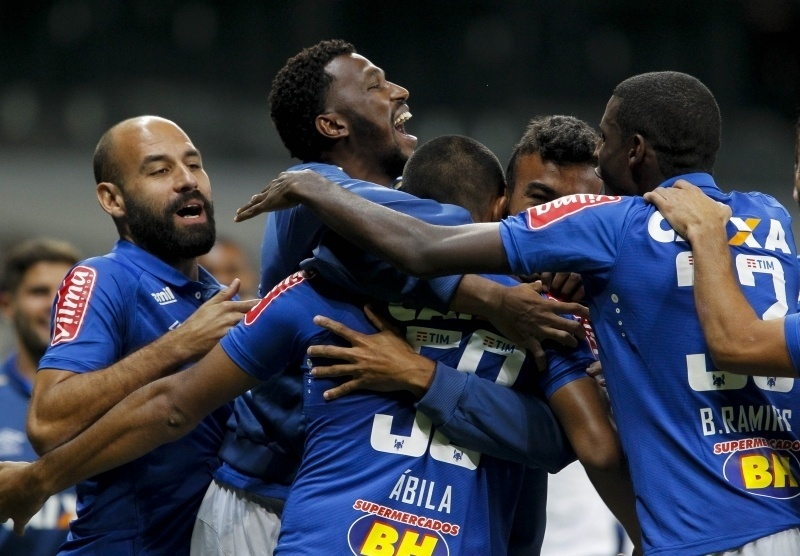 Jogadores do Cruzeiro comemoram gol de Ramón Ábila diante do Vitória