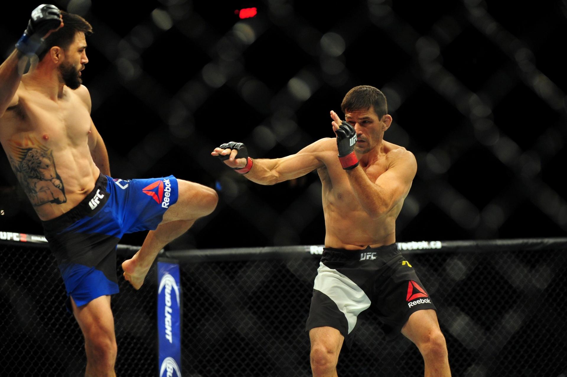 Demian Maia se defende de chute de Condit, durante luta no UFC Canadá