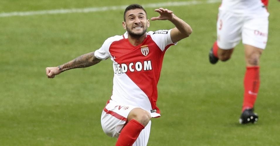 Gabriel Boschilia comemora um de seus dois gols na vitória do Monaco sobre o Lorient