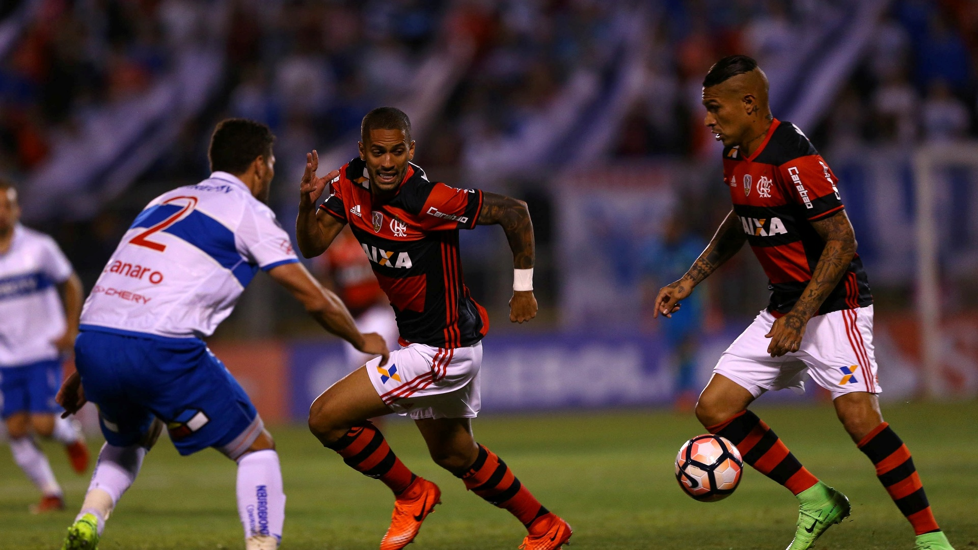 Rômulo observa Guerrero conduzindo a bola no duelo Unievrsidad Católica x Flamengo