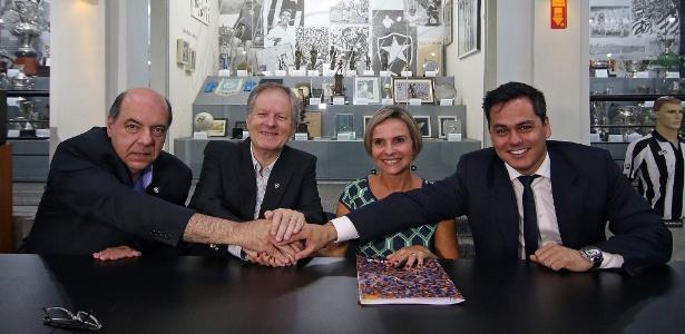 Dirigentes do Botafogo e da Caixa na assinatura de contrato em março