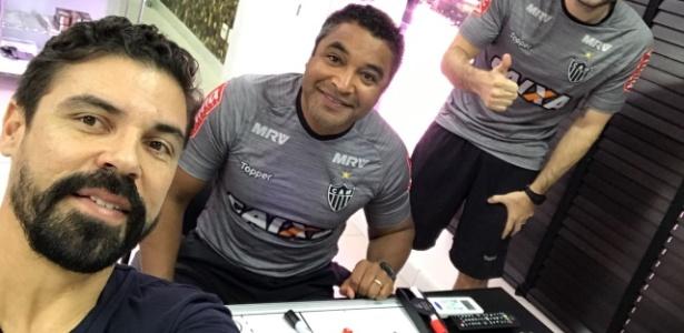Bolívar acompanha treino do Atlético-MG ao lado de Roger Machado