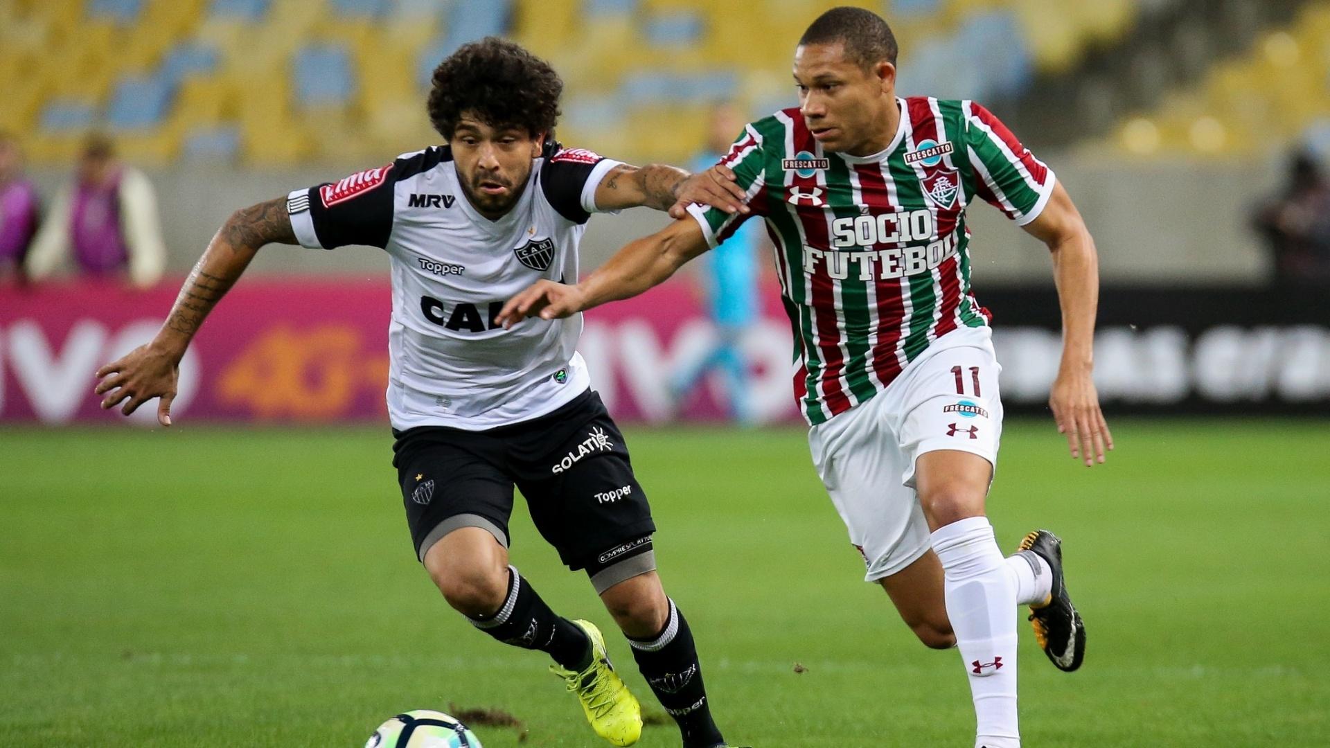 Luan, do Atlético-MG, e Wellington Silva, do Fluminense, disputam bola em jogo pelo Campeonato Brasileiro