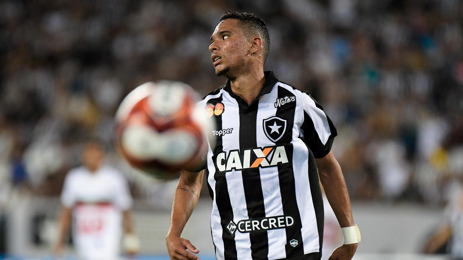 Luiz Fernando, do Botafogo, em ação na partida contra a Portuguesa-RJ