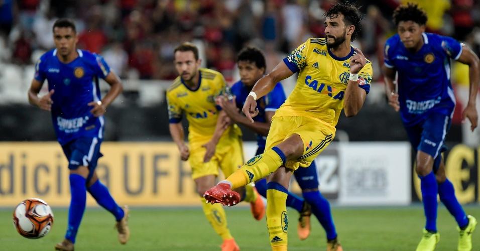 Henrique Dourado marca de pênalti o terceiro gol do Flamengo sobre o Madureira