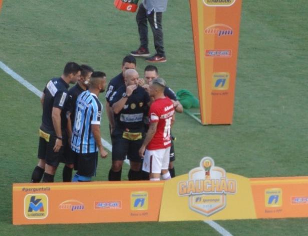 Maicon e D'Alessandro discutiram antes mesmo de a bola rolar no Beira-Rio