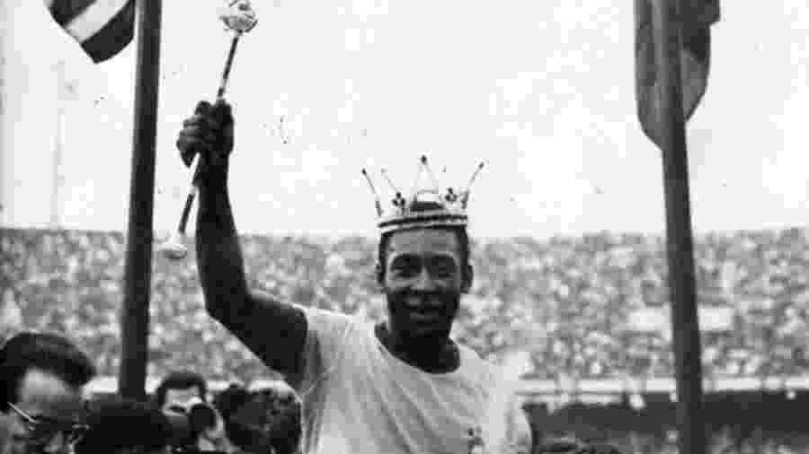 Pelé com coroa de rei em jogo no estádio do Morumbi em 1971, pela seleção - Folhapress