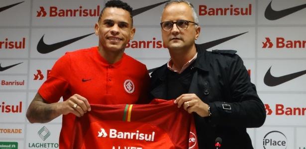 Jonatan Álvez, atacante do Inter, em sua apresentação no novo clube - Marinho Saldanha/UOL