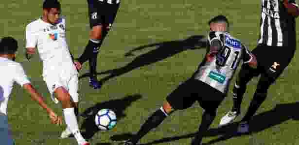 Sornoza é marcado por João Lucas no jogo entre Ceará e Fluminense - LC MOREIRA/ESTADÃO CONTEÚDO - LC MOREIRA/ESTADÃO CONTEÚDO