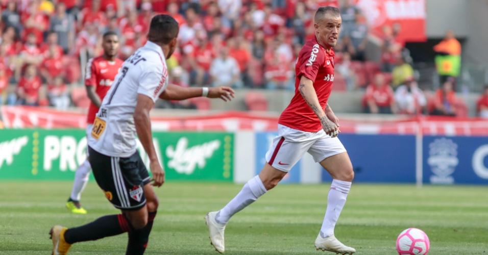 D'Alessandro carrega a bola durante duelo do Internacional contra o São Paulo