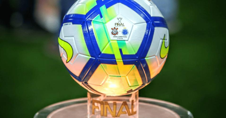 abd23a21a9 Bola a ser usada na partida tem detalhes da final da Copa do Brasil
