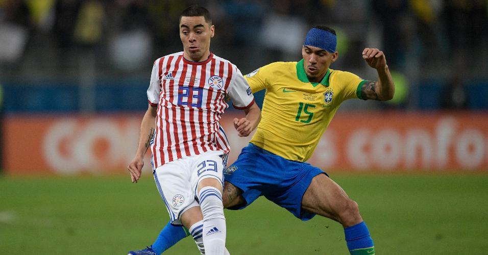 Miguel Almiron e Allan em disputa de bola no jogo Brasil x Paraguai pela Copa América