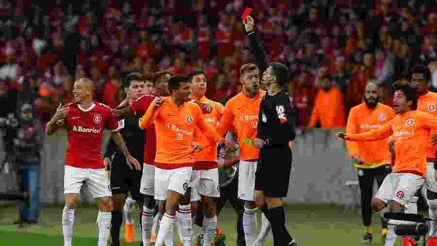 """D""""Alessandro, do Internacional, recebe cartão vermelho durante partida contra o Palmeiras pela Copa do Brasil  - Jeferson Guareze/AGIF"""
