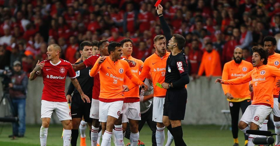 D'Alessandro, do Internacional, recebe cartão vermelho durante partida contra o Palmeiras pela Copa do Brasil