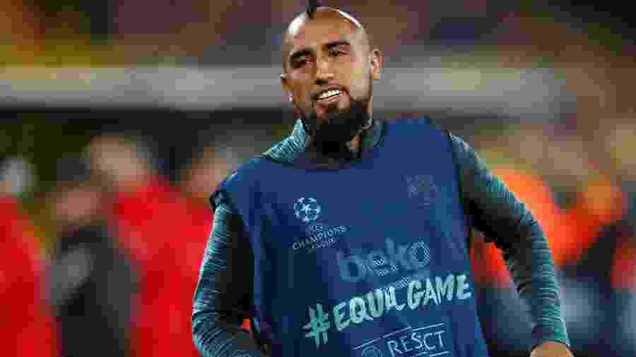 Arturo Vidal se aquece com colete do Barcelona - Wolfgang Rattay/Reuters