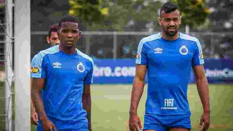 Ao lado de Cacá (esquerda), Fabrício Bruno fez bom final de ano e deu conta do recado na zaga celeste - Vinnicius Silva/Cruzeiro