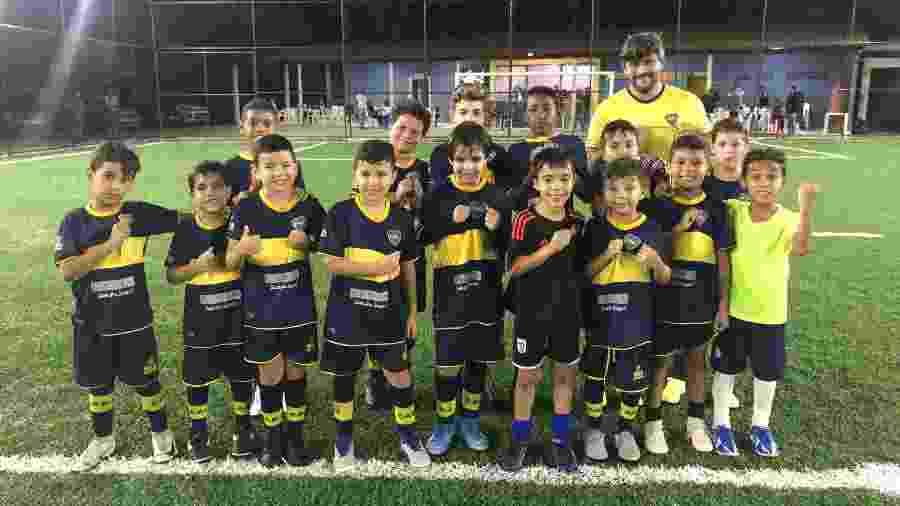 Alunos do time sub-9 da escolinha do Boca, no Rio: a maioria torcerá pelo Fla, mas há quem não vá secar o River  - Bruno Braz / UOL Esporte