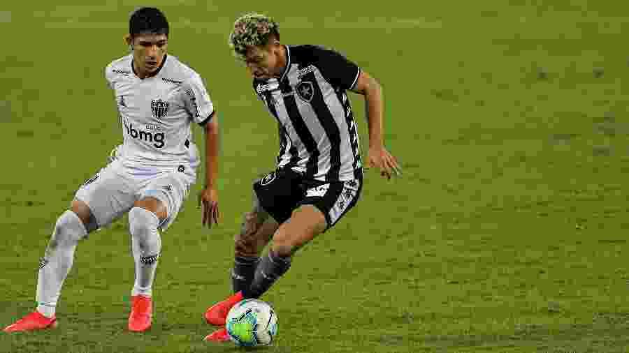 Bruno Nazário e Savarino disputam bola durante Botafogo x Atlético-MG - Thiago Ribeiro/AGIF