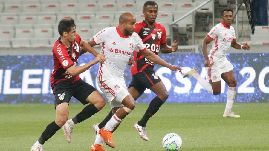 Patrick em ação durante jogo recente entre Athletico e Inter. Meia-atacante é desfalque agora - Gabriel Machado/Gabriel Machado/AGIF