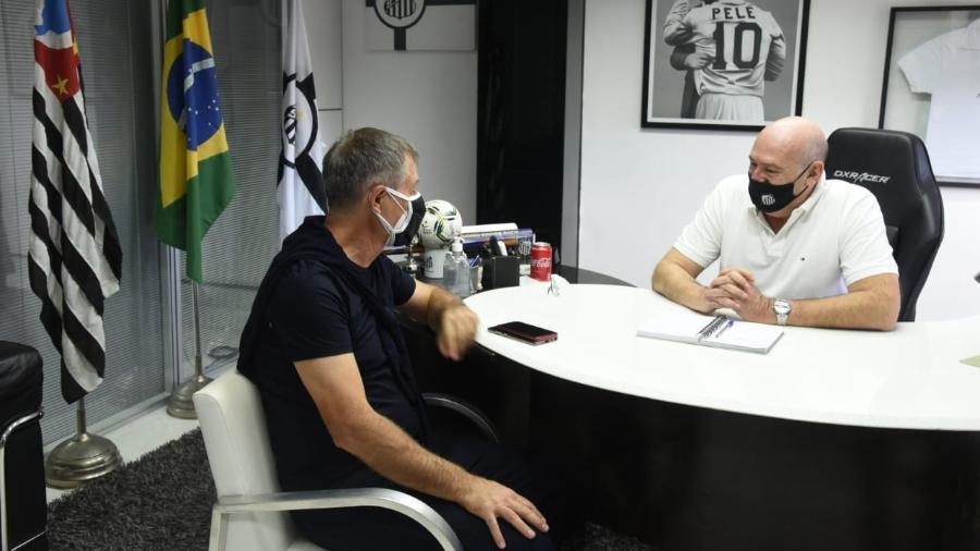 Ariel Holan se reúne com o presidente Andres Rueda na Vila Belmiro - Foto: Ivan Storti/Santos FC