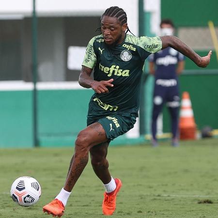 O jogador Luiz Adriano, da SE Palmeiras, durante treinamento, na Academia de Futebol.  - Cesar Greco