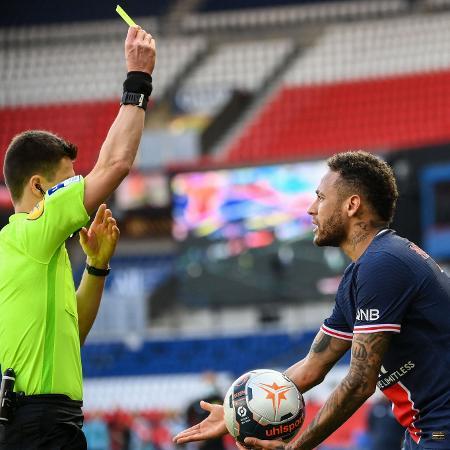 Neymar leva o 2º cartão amarelo contra Lille - FRANCK FIFE / AFP