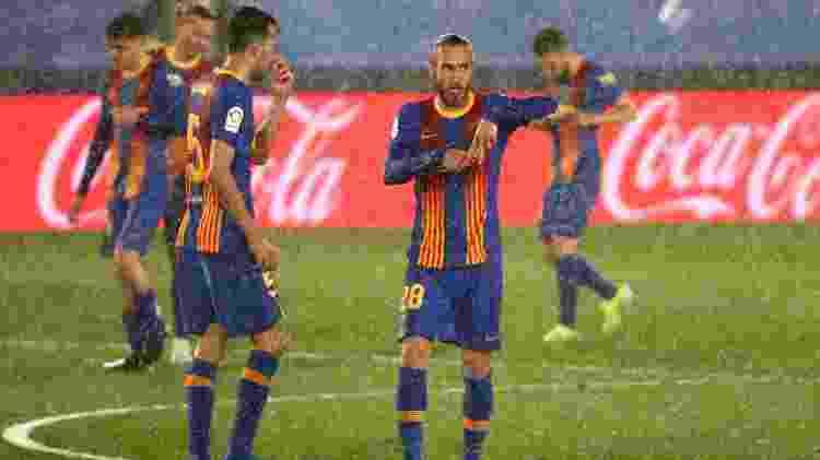Sob forte chuva, Mingueza comemora gol marcado de canela contra o Real Madrid - Sergio Perez/Reuters - Sergio Perez/Reuters