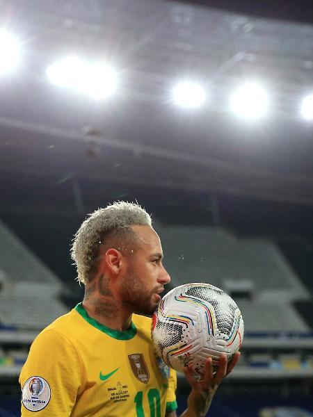 Neymar segura a bola durante Brasil x Peru pela semifinal da Copa América - Buda Mendes/Getty Images