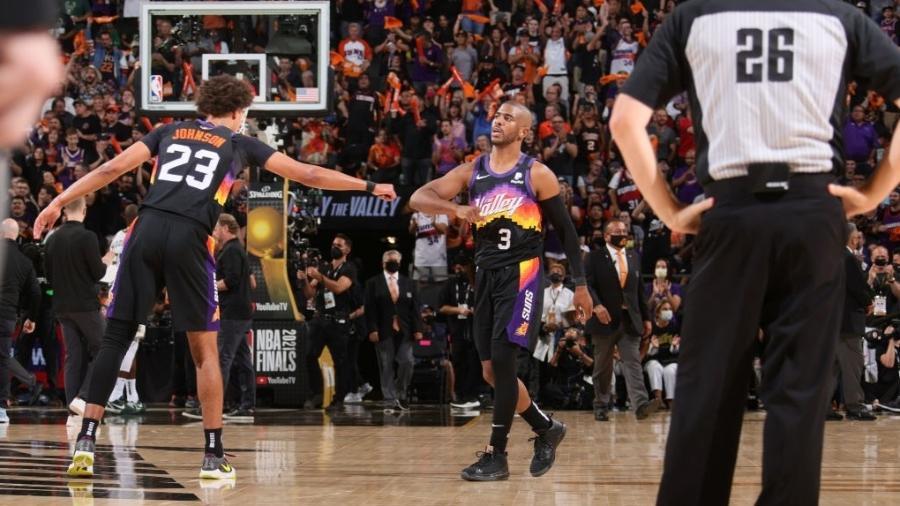 Chris Paul e Cameron Johnson comemoram durante partida entre Phoenix Suns e Milwaukee Bucks - NBAE via Getty Images