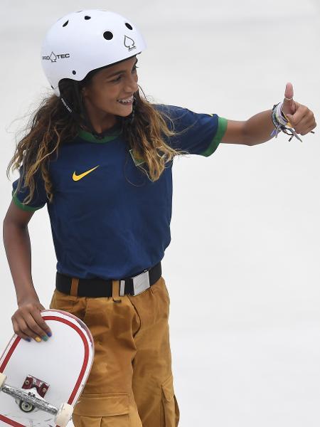 Rayssa Leal comemora após manobra nas eliminatórias do skate nas Olimpíadas de Tóquio - TOBY MELVILLE/REUTERS