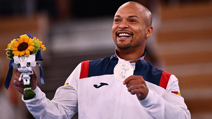 Ray Zapata com a medalha de prata - VENANCE / AFP