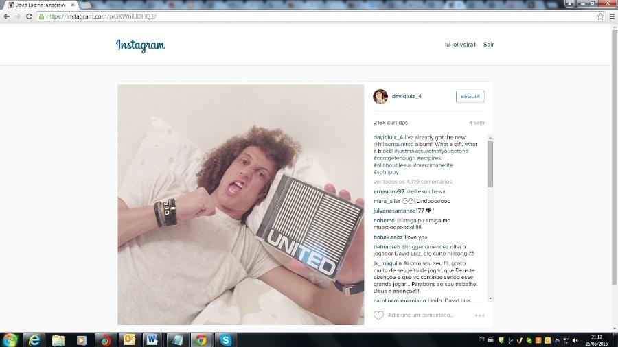 """David Luiz posa com um exemplar de """"Empires"""", o novo CD da banda Hillsong United - Reprodução/Instagram"""