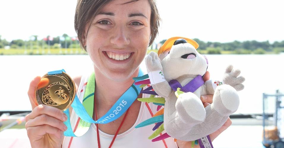 Antje von Seydlitz, do Canadá, exibe a medalha de ouro conquistadas no skiff quádruplo do remo