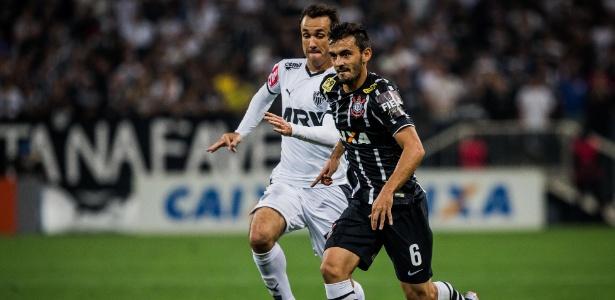Lateral Uendel (na frente) disputará a próxima temporada pelo Internacional
