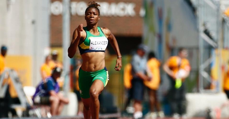 Kineke Alexander, de São Vicente e Granadinas, terminou na segunda colocação da bateria dos 400m
