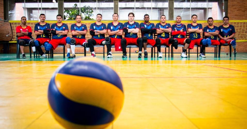 A seleção de vôlei da Colômbia posa para foto junto com o técnico. Um quarto dos jogadores é ex-militar ferido em operações contra a Farc