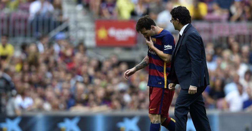 Lionel Messi, lesionado, deixa jogo do Barcelona contra o Las Palmas ainda no primeiro tempo