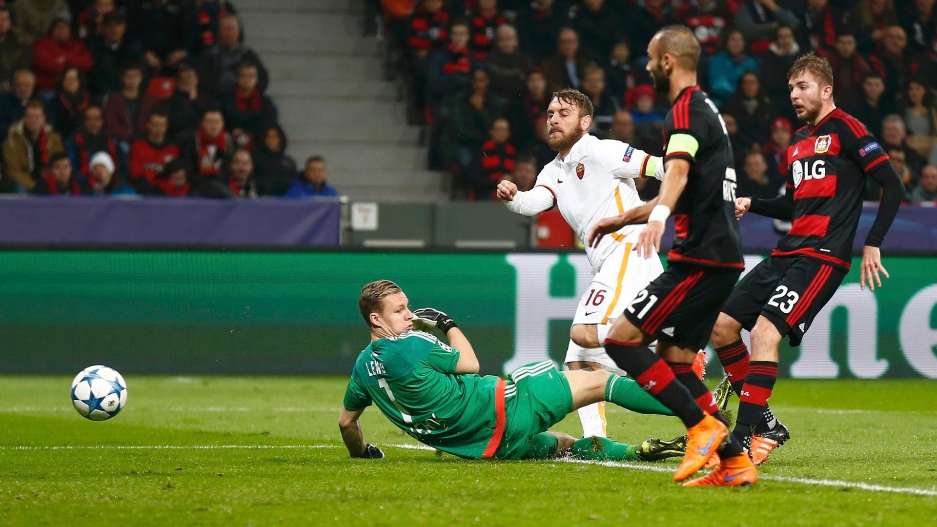De Rossi bate na saída de Leno e marca para a Roma contra o Bayer Leverkusen pela Liga dos Campeões