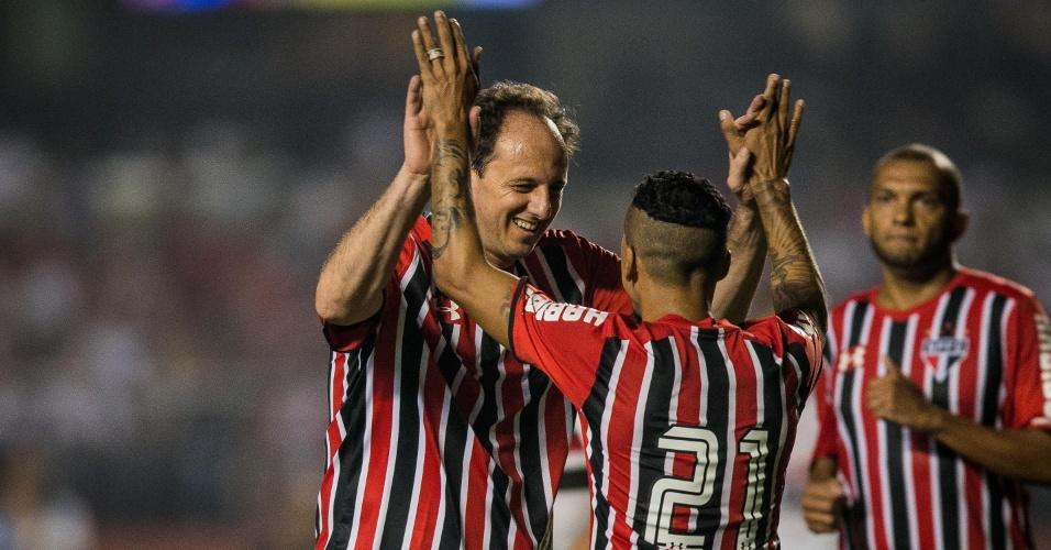 Rogério Ceni e Souza se cumprimentam em campo, no jogo amistoso em homenagem ao goleiro