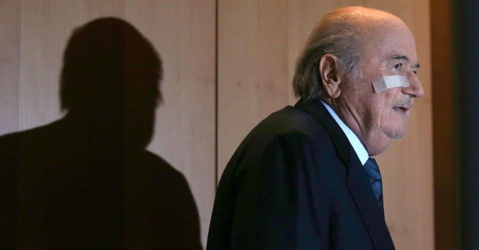 21.dez.2015 - Joseph Blatter chega para entrevista coletiva após ser suspenso pela Fifa