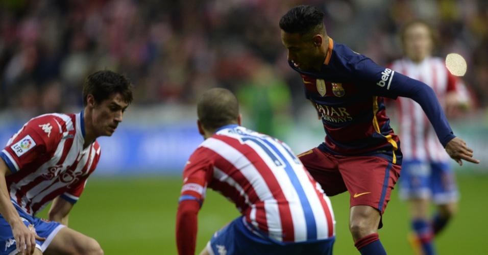 Neymar tenta superar a marcação dos atletas do Sporting de Gijón válido pelo Campeonato Espanhol