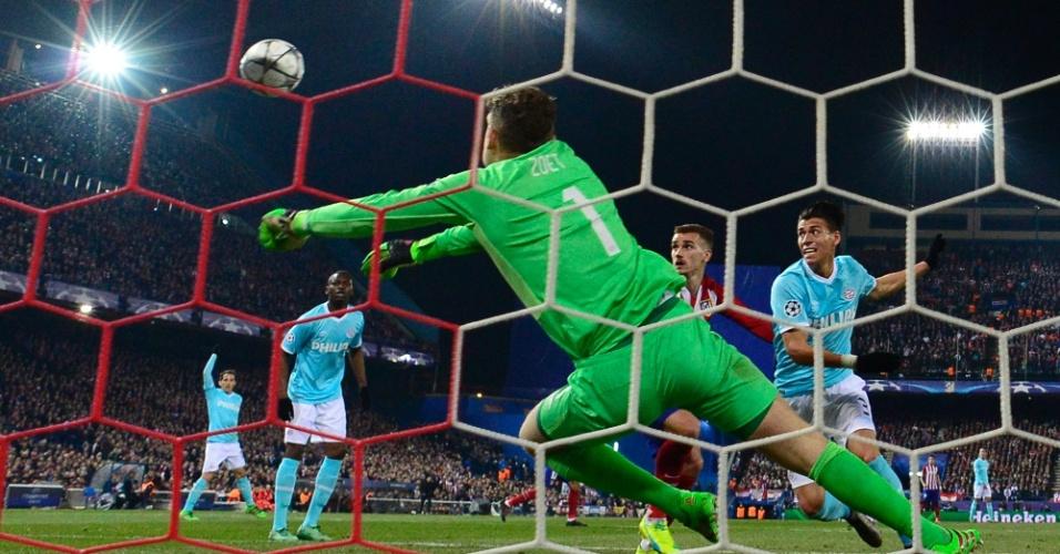 Jeroen Zoet, goleiro do PSV, faz boa defesa para impedir gol do Atlético de Madri, na Espanha