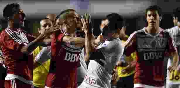D'Alessandro e Vangioni se envolvem em confusão com Calleri durante a partida entre River Plate e São Paulo - NELSON ALMEIDA/AFP - NELSON ALMEIDA/AFP