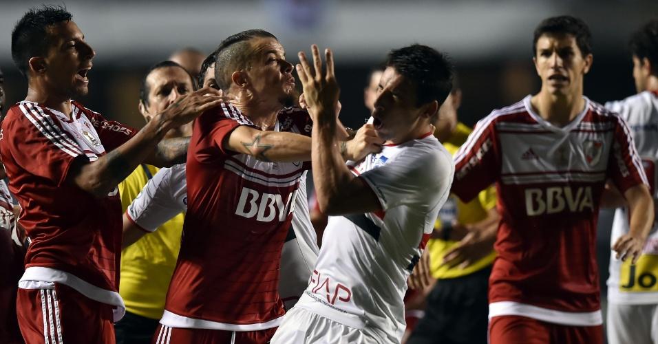 D'Alessandro e Vangioni se envolvem em confusão com Calleri durante a partida entre River Plate e São Paulo