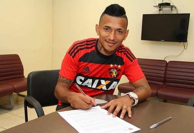 Atacante Rogério assina contrato com o Sport