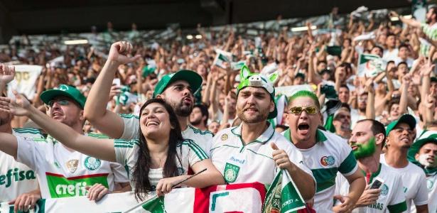 Torcida do Palmeiras em festa no estádio; ingressos caros irritaram o público alviverde