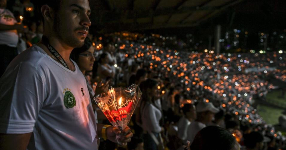 Torcedor carrega distintivo da Chapecoense no peito durante homenagem ao time catarinense em Medellín